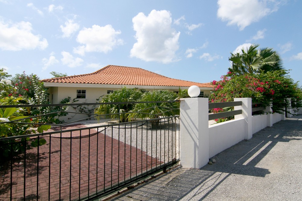 Blue bay bl 24 luxe villa met zwembad en gastenverblijf re max bonbini curacao - Zwembad huis ...
