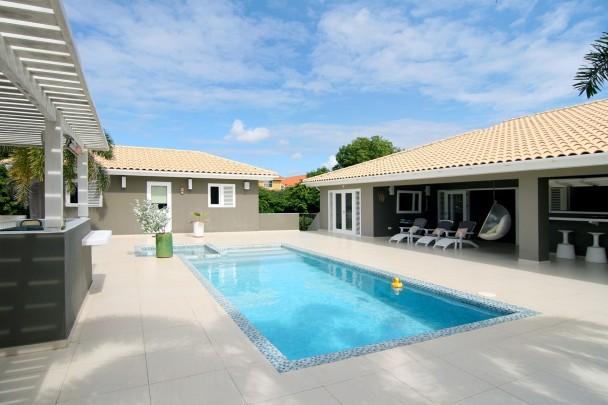 Zwembad In Huis : Luxe villa met slaapkamers aan golfbaan te huur in curaçao zwembad
