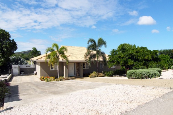 Blue Bay Curacao: house with pool, gym and media room on golf course