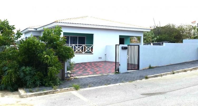Brakkeput abou mooi 2 onder 1 kap huis met appartement in villawijk re max bonbini curacao - Appartement huis ...