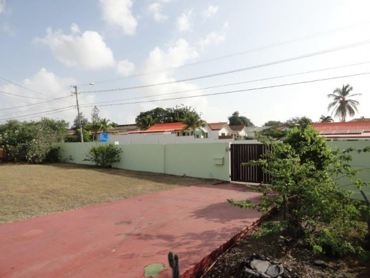 Jan Thiel - Lot with detached house and apartment for sale.