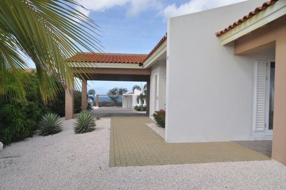 Blue bay resort bb31 modern huis met zwembad op resort in curacao re max bonbini curacao - Huis design met zwembad ...