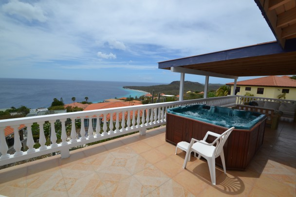 Villa with permanent all around free views on open sea and valley