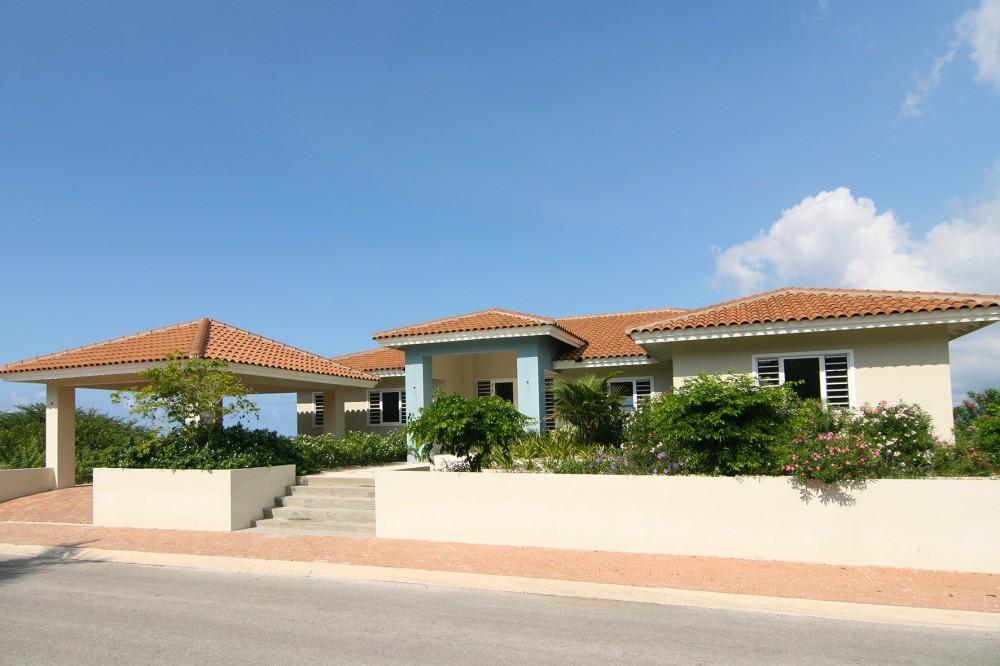 luxe villa te koop in curacao - met zwembad en zeezicht -remax bonbini