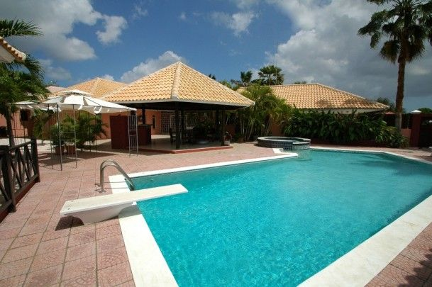Julianadorp-Spacious & fully renovated Caribbean style villa with pool
