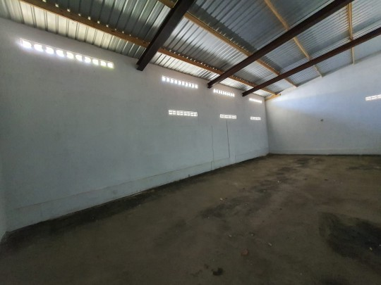 Top location! Well kept showroom and warehouse for sale at Salina