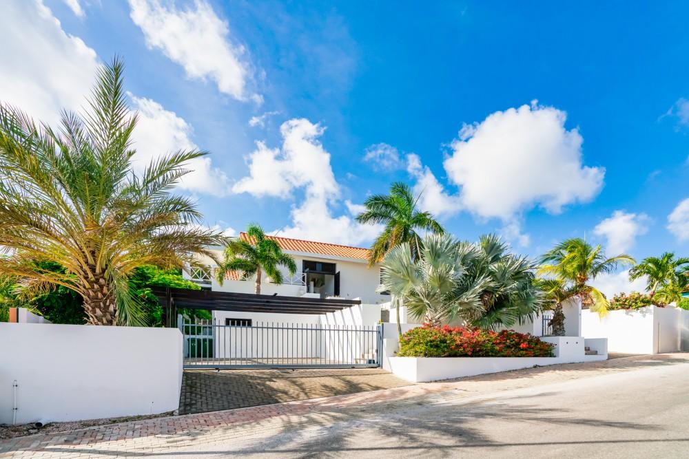 RE/MAX real estate, Curacao, Zuurzak, Spacious tropical villa for sale in upscale neighbourhood