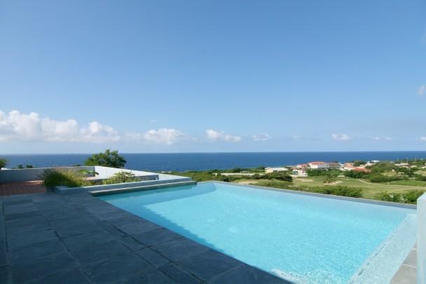 Blue bay moderne luxe villa met zeezicht zwembad for Luxe villa met zwembad