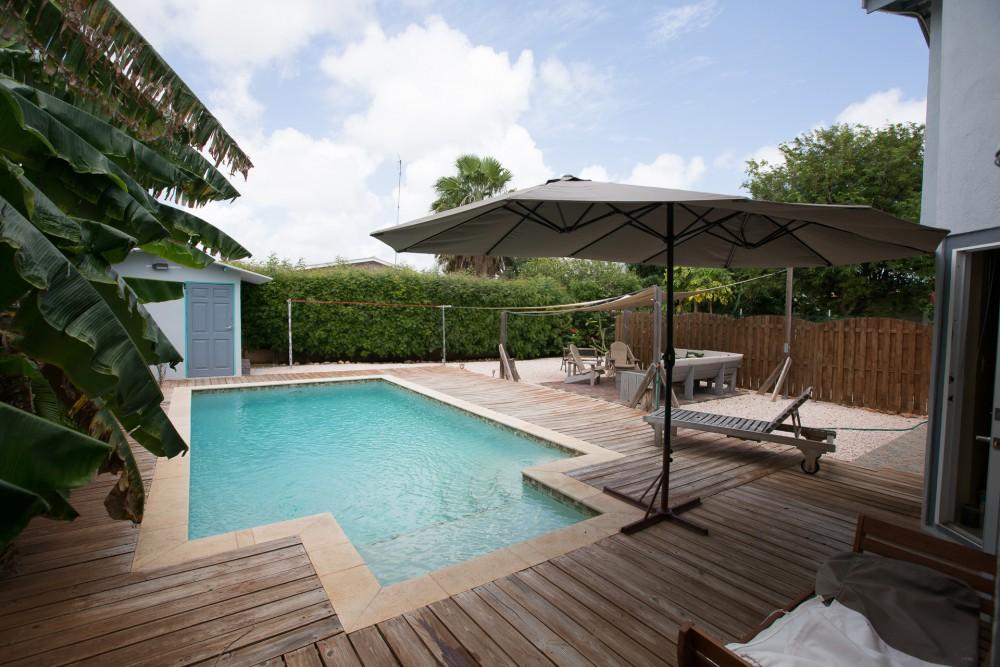 Prachtige villa met zwembad te huur in cura ao in for Zwembad achtertuin